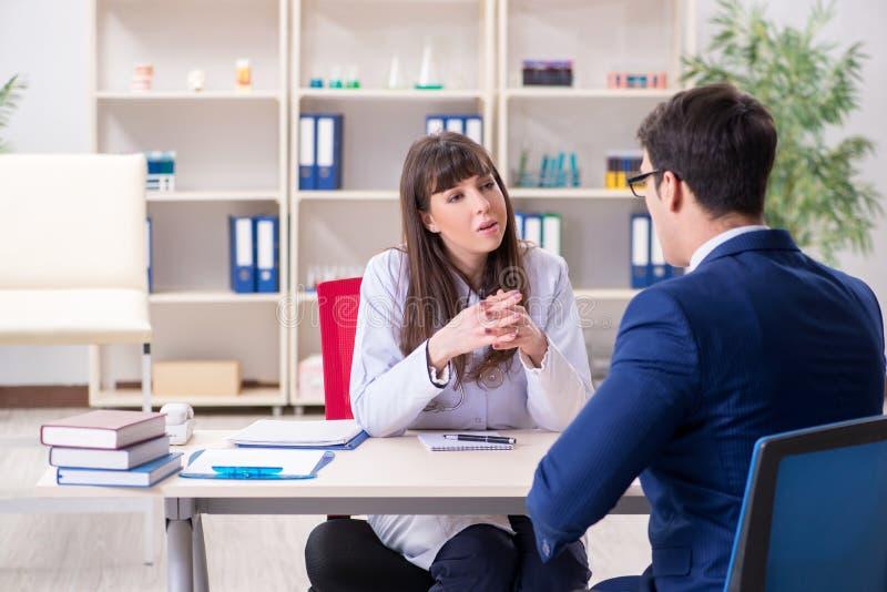 Ο επιχειρηματίας που συζητά τα ζητήματα υγείας με το γιατρό στοκ εικόνες