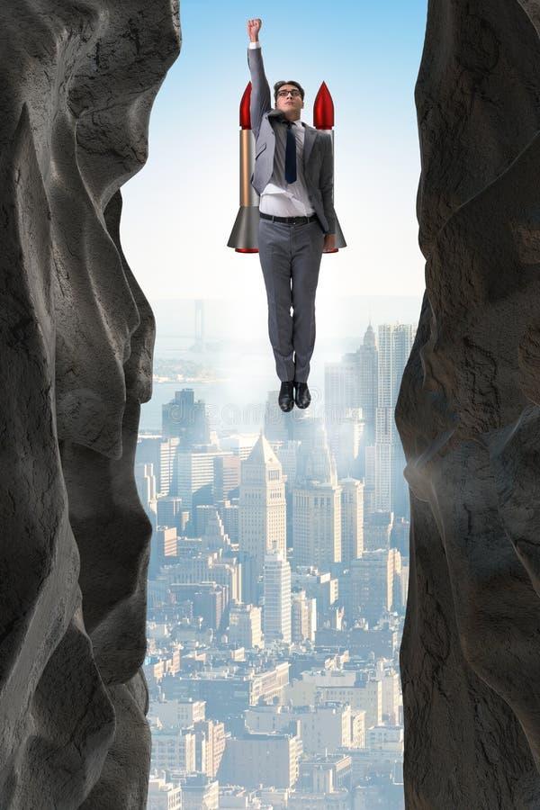 Ο επιχειρηματίας που υπερνικά τις προκλήσεις στην επιχειρησιακή έννοια στοκ εικόνα