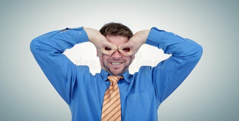 Ο επιχειρηματίας σε έναν δεσμό παρουσιάζει χέρια Batman στοκ εικόνα