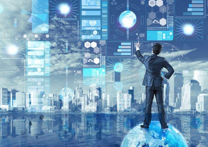 Ο επιχειρηματίας στην έννοια ανάσυρσης δεδομένων στοκ εικόνα