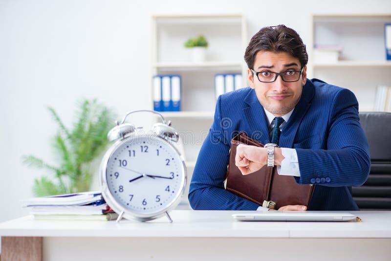 Ο επιχειρηματίας στη διοικητική έννοια κακής στιγμής στοκ εικόνα