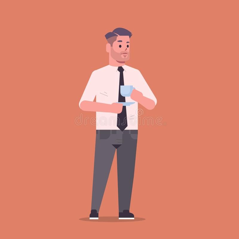 Ο επιχειρηματίας στον επίσημο καφέ κατανάλωσης ένδυσης που στέκεται θέτει το χαμογελώντας εργαζόμενο γραφείων επιχειρησιακών ατόμ ελεύθερη απεικόνιση δικαιώματος