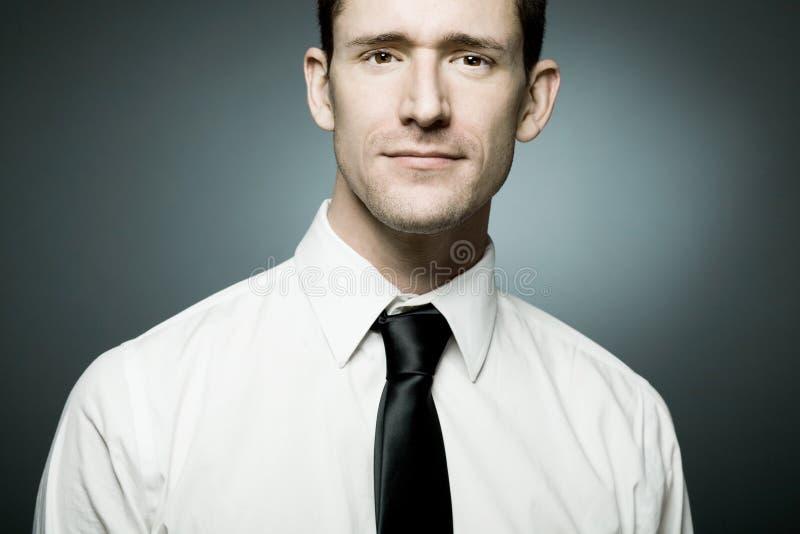 Ο επιχειρηματίας στο άσπρο πουκάμισο σε βέβαιο θέτει. στοκ εικόνα με δικαίωμα ελεύθερης χρήσης