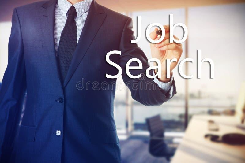 Ο επιχειρηματίας στο γραφείο γράφει στις διαφανείς λέξεις πινάκων που συνδέονται με την απασχόληση: Αναζήτηση εργασίας στοκ εικόνες