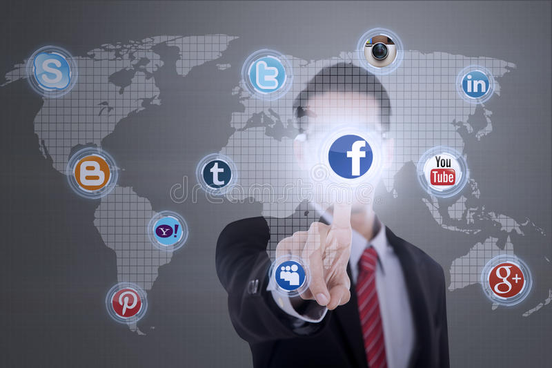 Ο επιχειρηματίας συνδέει με τα κοινωνικά μέσα απεικόνιση αποθεμάτων