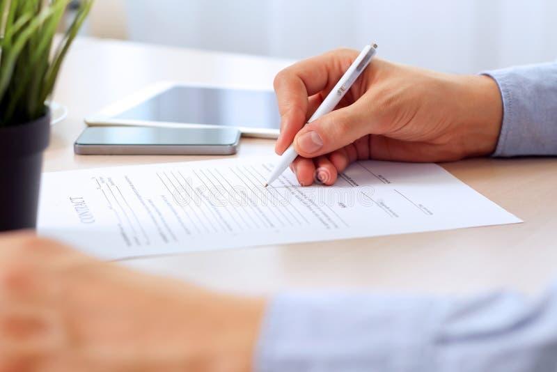 Ο επιχειρηματίας υπογράφει μια σύμβαση, λεπτομέρειες επιχειρησιακών συμβάσεων στοκ φωτογραφία
