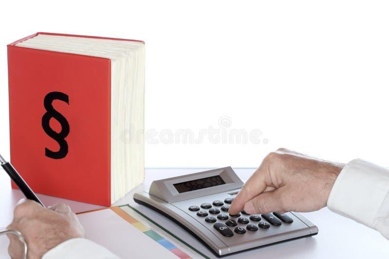 Ο επιχειρηματίας υπολογίζει το φόρο στοκ φωτογραφίες με δικαίωμα ελεύθερης χρήσης