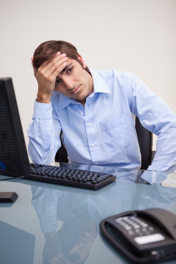 Ο επιχειρηματίας φαίνεται απελπισμένος στοκ φωτογραφία