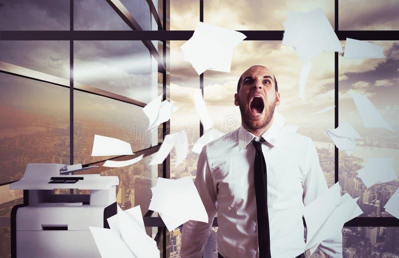 Ο επιχειρηματίας φωνάζει τονισμένος στοκ εικόνες