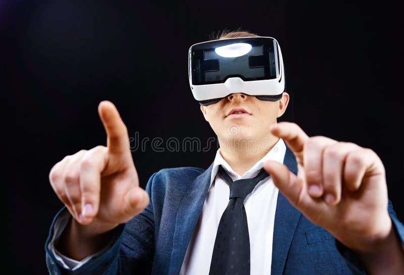 Ο επιχειρηματίας χρησιμοποιεί την εικονική επικεφαλής-τοποθετημένη VR επίδειξη Realitiy στοκ εικόνα με δικαίωμα ελεύθερης χρήσης