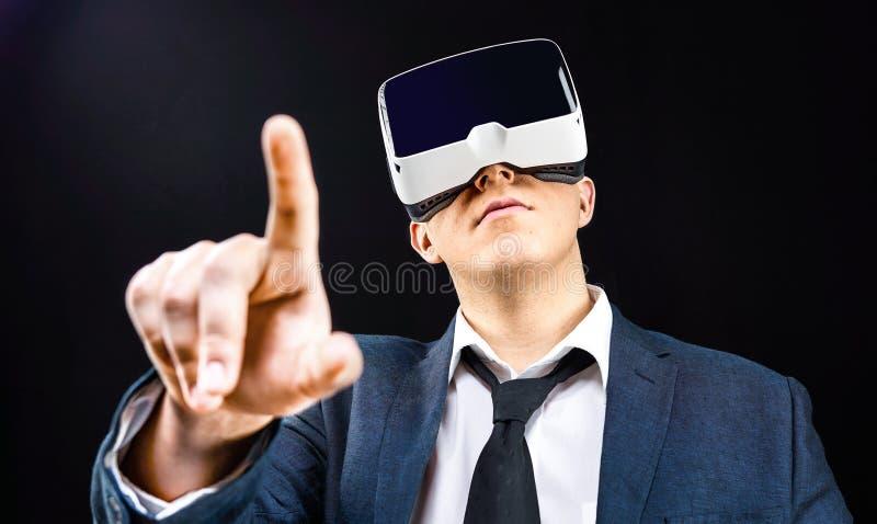 Ο επιχειρηματίας χρησιμοποιεί την τοποθετημένη κεφάλι επίδειξη εικονικής πραγματικότητας VR στοκ εικόνα