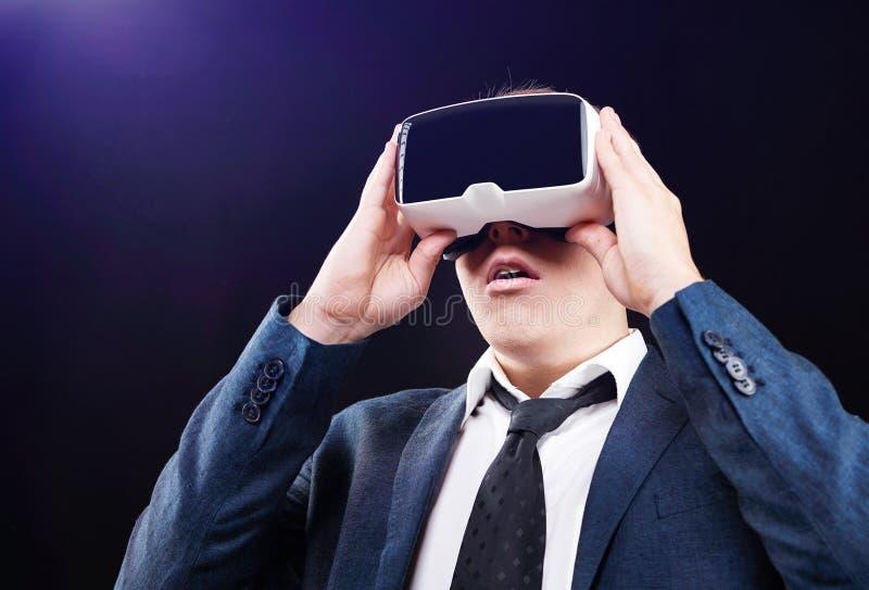 Ο επιχειρηματίας χρησιμοποιεί την τοποθετημένη κεφάλι επίδειξη εικονικής πραγματικότητας VR στοκ φωτογραφία με δικαίωμα ελεύθερης χρήσης