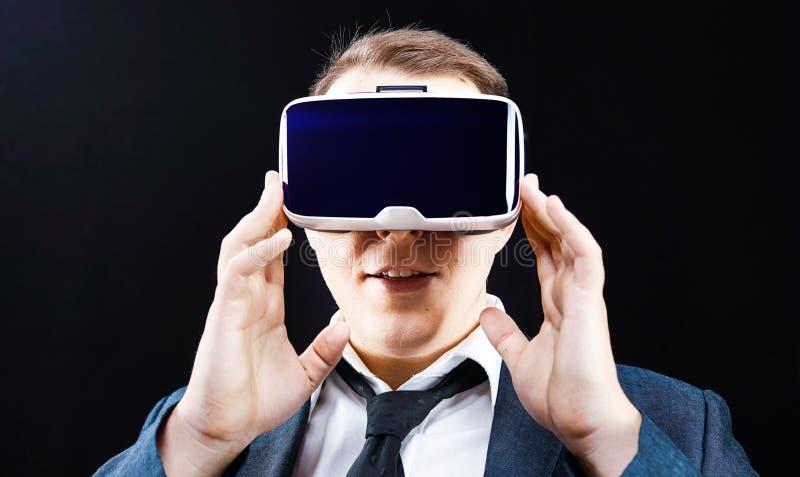 Ο επιχειρηματίας χρησιμοποιεί την τοποθετημένη κεφάλι επίδειξη εικονικής πραγματικότητας VR στοκ εικόνες