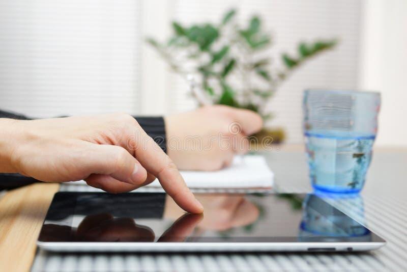 Ο επιχειρηματίας χρησιμοποιεί τον υπολογιστή ταμπλετών στοκ εικόνες με δικαίωμα ελεύθερης χρήσης