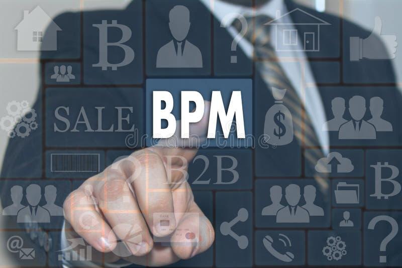Ο επιχειρηματίας ωθεί ένα κουμπί BPM στην οθόνη αφής στοκ φωτογραφία με δικαίωμα ελεύθερης χρήσης