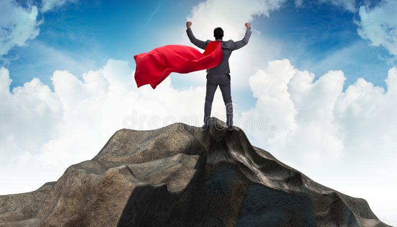 Ο επιχειρηματίας superhero πάνω από το βουνό στοκ φωτογραφία με δικαίωμα ελεύθερης χρήσης