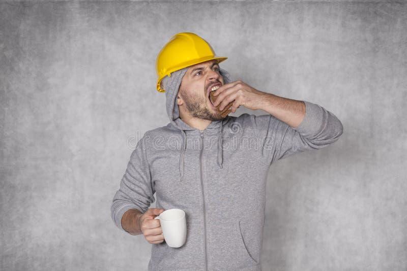 Ο εργαζόμενος έφαγε το μεσημεριανό γεύμα σε μια βιασύνη στοκ εικόνες