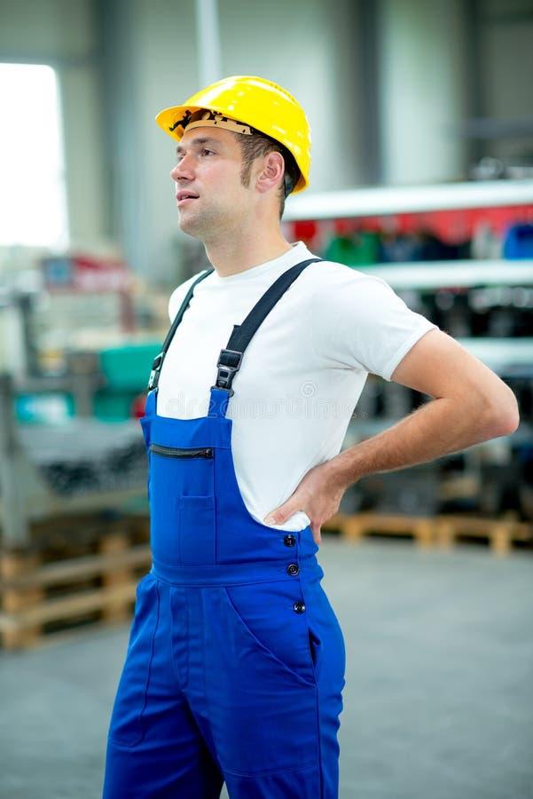 Ο εργαζόμενος έχει τον πόνο στην πλάτη στοκ εικόνα