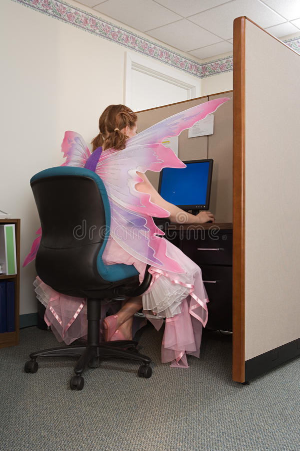 Ο εργαζόμενος γραφείων έντυσε ως νεράιδα στοκ εικόνες