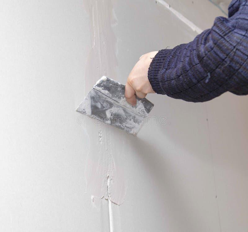 Ο εργαζόμενος ευθυγραμμίζει τους τοίχους με το ασβεστοκονίαμα Επισκευή στο σπίτι στοκ φωτογραφίες με δικαίωμα ελεύθερης χρήσης