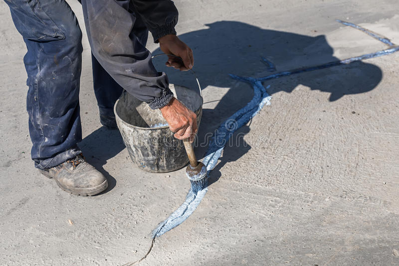 Ο εργαζόμενος εφαρμόζει το στρώμα της σύνδεσης της κόλλας 2 στοκ εικόνες