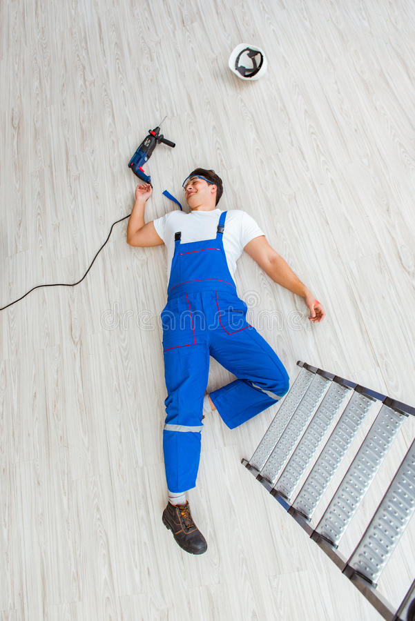 Ο εργαζόμενος μετά από να πέσει από το ύψος - επισφαλής συμπεριφορά στοκ φωτογραφίες