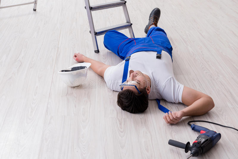 Ο εργαζόμενος μετά από να πέσει από το ύψος - επισφαλής συμπεριφορά στοκ εικόνα με δικαίωμα ελεύθερης χρήσης