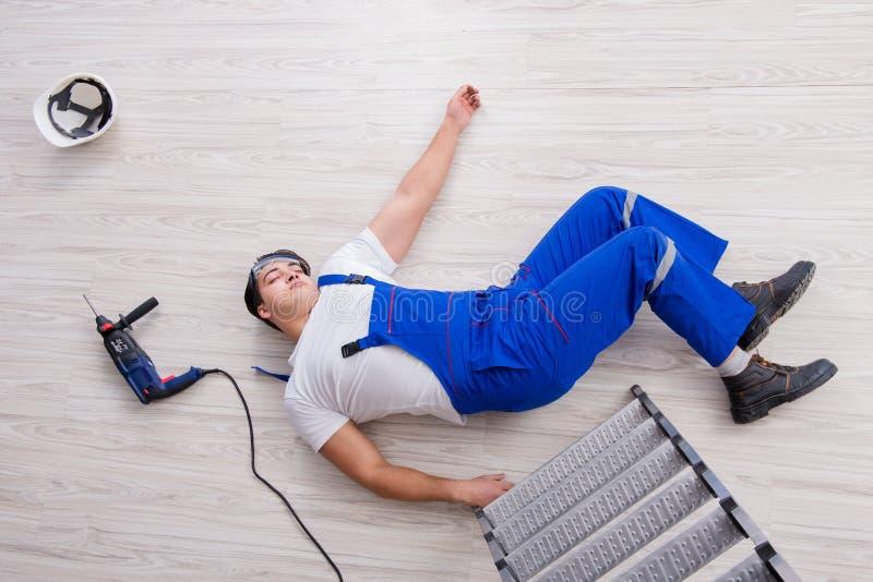 Ο εργαζόμενος μετά από να πέσει από το ύψος - επισφαλής συμπεριφορά στοκ εικόνα