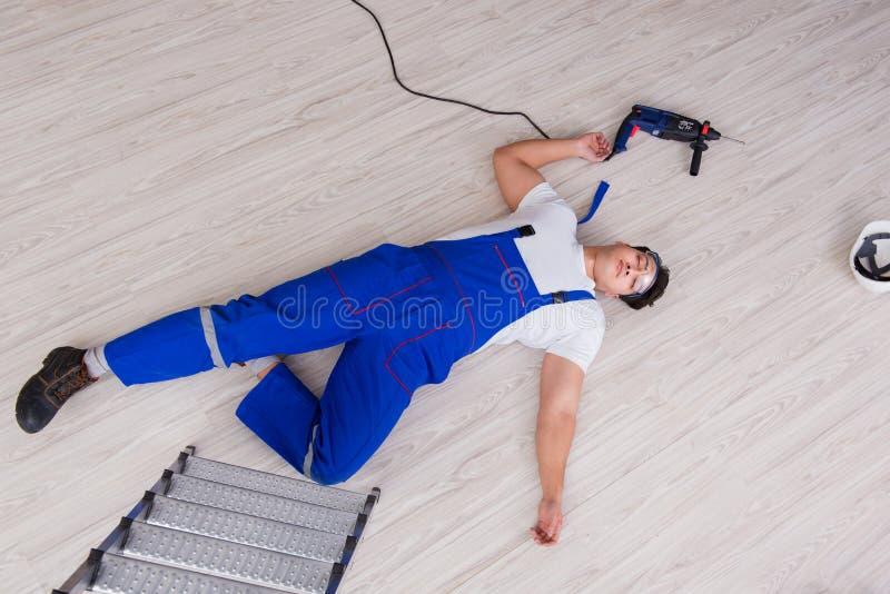 Ο εργαζόμενος μετά από να πέσει από το ύψος - επισφαλής συμπεριφορά στοκ εικόνες