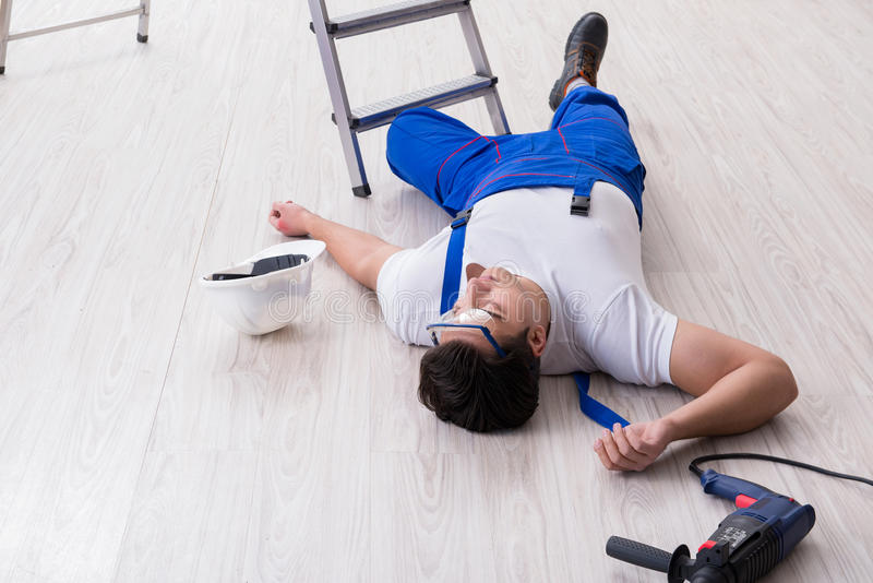 Ο εργαζόμενος μετά από να πέσει από το ύψος - επισφαλής συμπεριφορά στοκ φωτογραφία με δικαίωμα ελεύθερης χρήσης