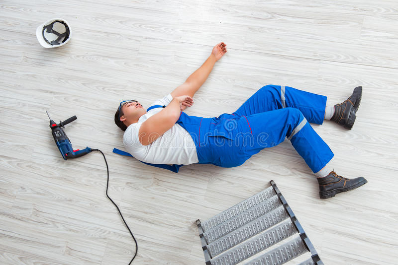 Ο εργαζόμενος μετά από να πέσει από το ύψος - επισφαλής συμπεριφορά στοκ εικόνες με δικαίωμα ελεύθερης χρήσης