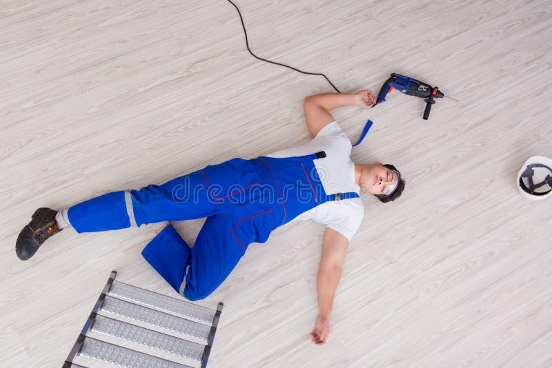 Ο εργαζόμενος μετά από να πέσει από το ύψος - επισφαλής συμπεριφορά στοκ φωτογραφία