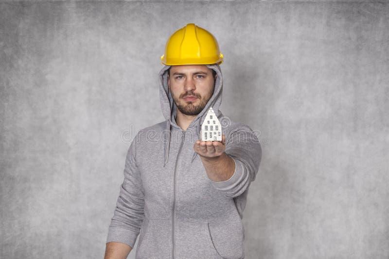 Ο εργαζόμενος παρουσιάζει τέλειο σπίτι για σας στοκ φωτογραφία