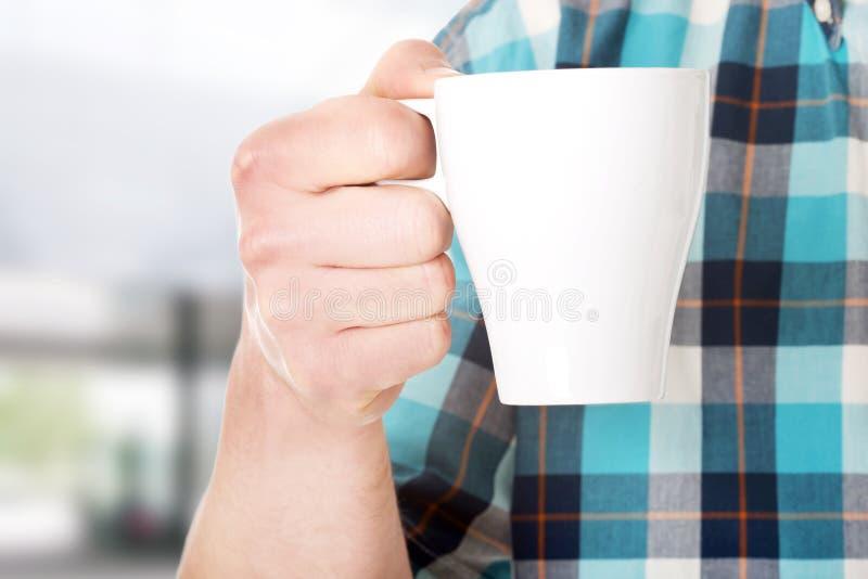 Ο εργαζόμενος σε ένα σπάσιμο πίνει τον καφέ στοκ εικόνα