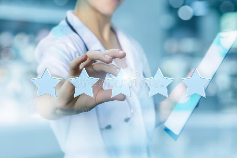Ο εργαζόμενος στον ιατρικό κλάδο βάζει τα αστέρια εκτίμησης στοκ εικόνα με δικαίωμα ελεύθερης χρήσης