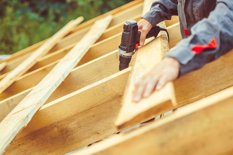 Ο εργαζόμενος χτίζει τη στέγη στοκ εικόνες