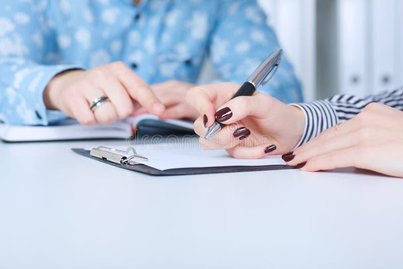 Ο εργοδότης αναγκάζει τον υπάλληλο για να γράψει μια επιστολή της παραίτησης Ακριβώς παραδίδει τον πίνακα στοκ εικόνα με δικαίωμα ελεύθερης χρήσης