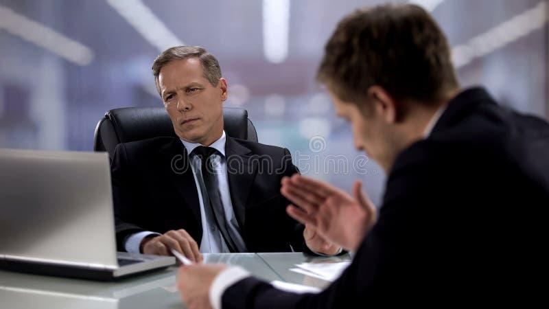Ο εργοδότης μιλάει με αδιάφορο αφεντικό αγνοώντας τον, η άγνοια της κοινής γνώμης στην εργασία στοκ εικόνες με δικαίωμα ελεύθερης χρήσης