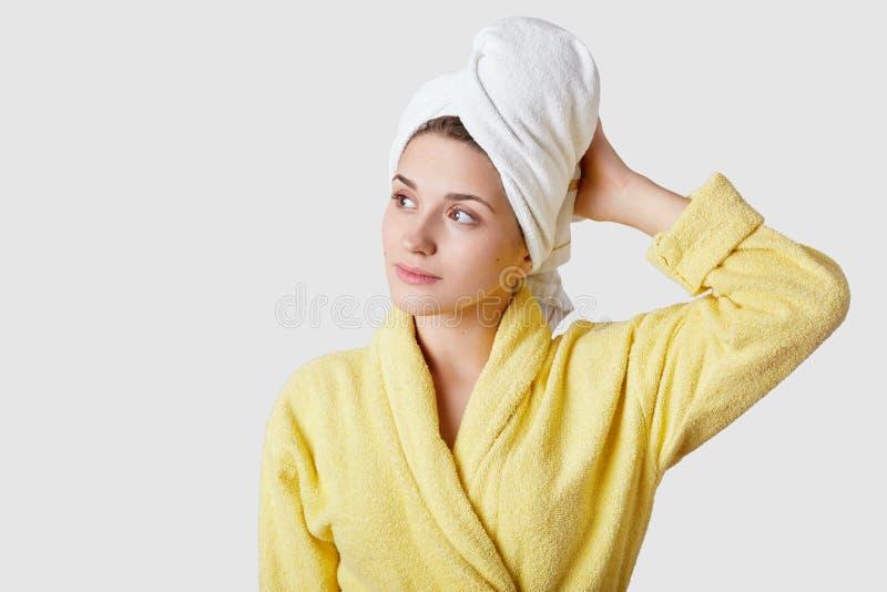Ο εσωτερικός πυροβολισμός της αρκετά ονειροπόλου γυναίκας φορά το μπουρνούζι και η πετσέτα, αισθάνεται χαλαρωμένη μετά από να πάρ στοκ εικόνα με δικαίωμα ελεύθερης χρήσης