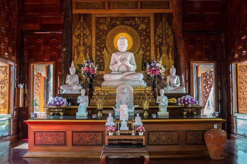 Ο λευκός μαρμάρινος Βούδας στο ubosot στοκ φωτογραφίες