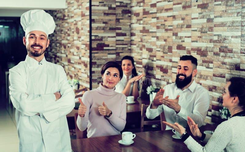 Ο ευτυχής αρχιμάγειρας ακούει τον έπαινο των τροφίμων στοκ φωτογραφίες με δικαίωμα ελεύθερης χρήσης