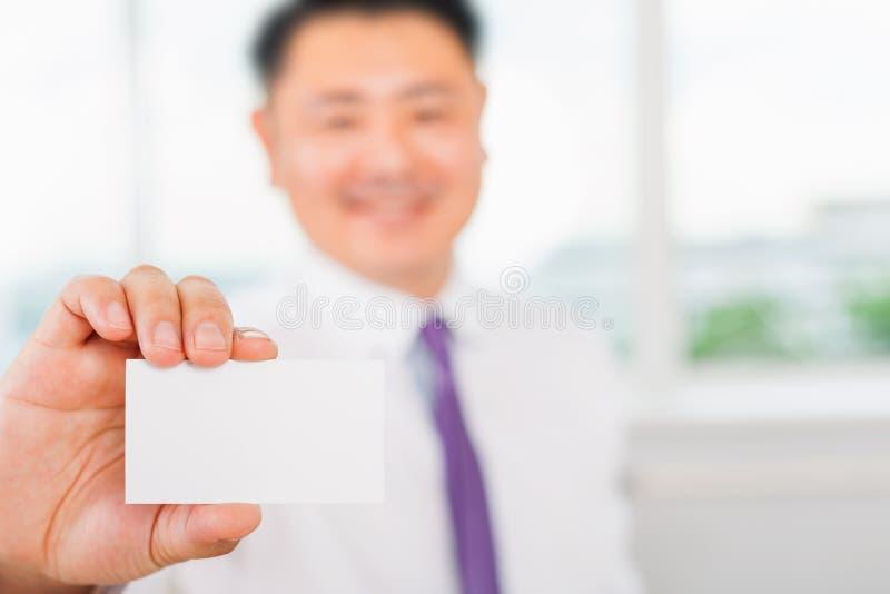 Ο ευτυχής και επιτυχής ασιατικός επιχειρηματίας σας δίνει μια επαγγελματική κάρτα στοκ φωτογραφία με δικαίωμα ελεύθερης χρήσης