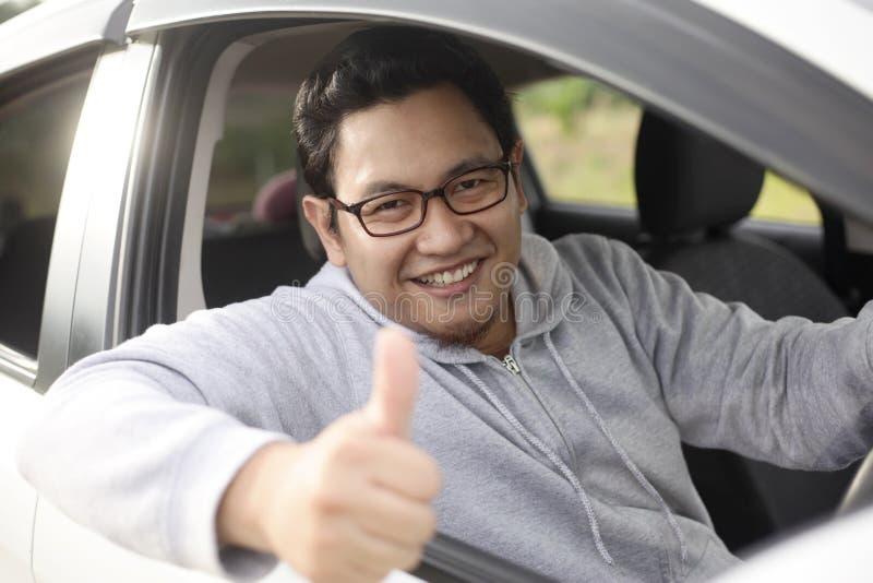 Ο ευτυχής οδηγός παρουσιάζει τον αντίχειρα και χαμόγελο στοκ φωτογραφία με δικαίωμα ελεύθερης χρήσης