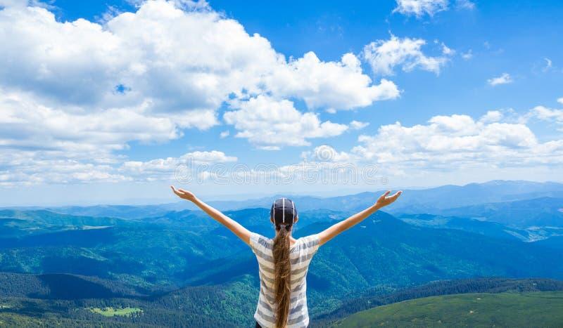 Ο ευτυχής οδοιπόρος με τα όπλα της, ελευθερία και ευτυχία, επίτευγμα στα βουνά στοκ φωτογραφία με δικαίωμα ελεύθερης χρήσης