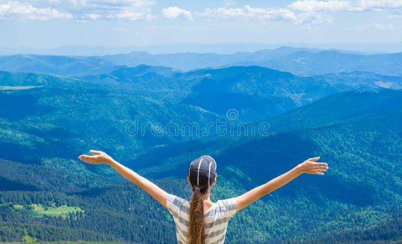 Ο ευτυχής οδοιπόρος με τα όπλα της, ελευθερία και ευτυχία, επίτευγμα στα βουνά στοκ φωτογραφίες με δικαίωμα ελεύθερης χρήσης