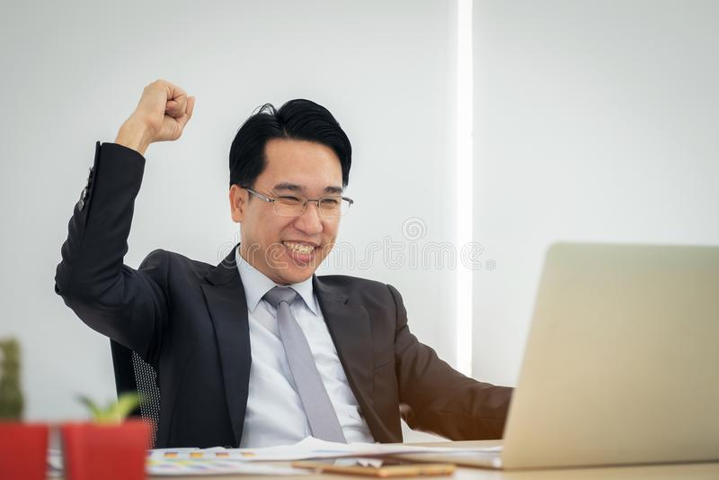 Ο ευτυχής συγκινημένος επιχειρηματίας γιορτάζει την επιτυχία του Νικητής, διευθυντής στοκ φωτογραφία με δικαίωμα ελεύθερης χρήσης