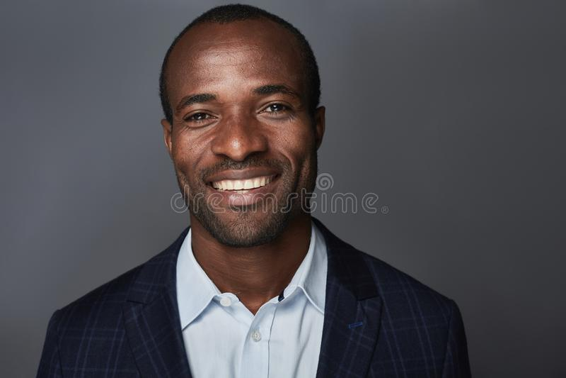 Ο εύθυμος επιχειρηματίας στο κοστούμι χαμογελά στοκ εικόνες με δικαίωμα ελεύθερης χρήσης