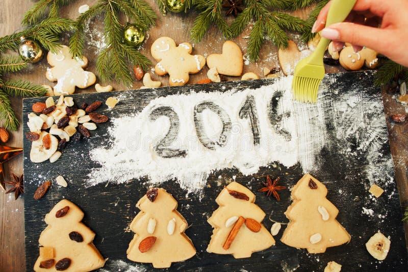 Ο ζαχαροπλάστης αφαιρεί το σημάδι του 2016 στο άσπρο αλεύρι στοκ εικόνες