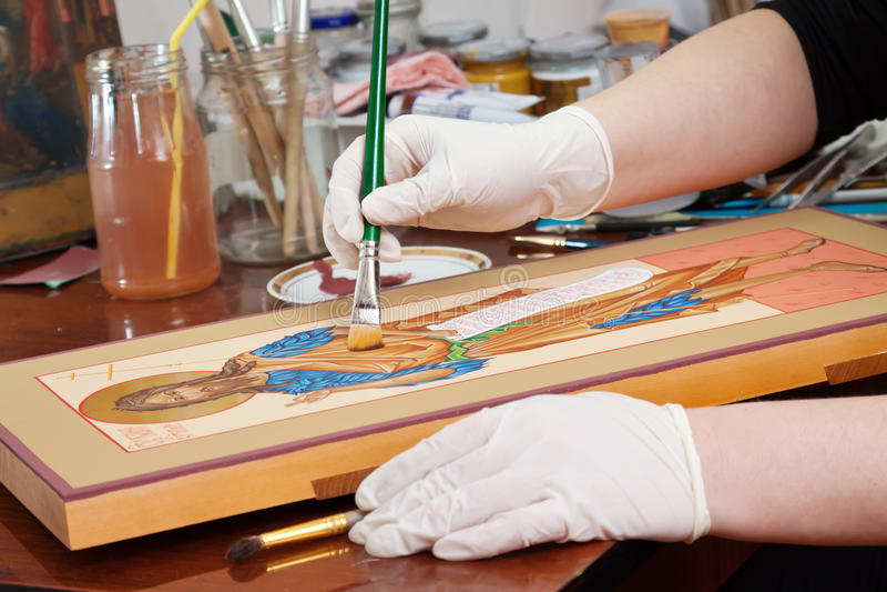 Ο ζωγράφος κάνει το νέο εικονίδιο με Χριστό στοκ εικόνες