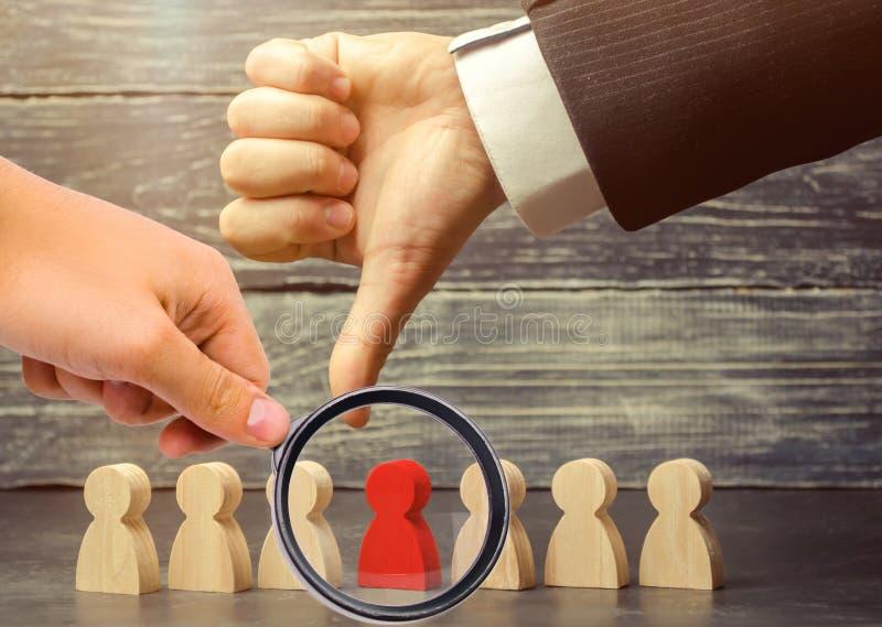 Ο ηγέτης δείχνει το δάχτυλο στον υπάλληλο Επιλέξτε ένα πρόσωπο σε μια ομάδα Υπάλληλος απόλυσης Μείωση του εργαζόμενου προσωπικού στοκ εικόνες με δικαίωμα ελεύθερης χρήσης